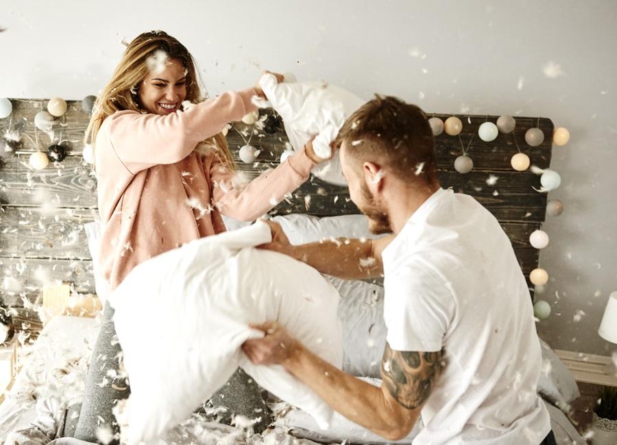 Жена изменяет мужу связав его, девушки ебутся во все отверстия